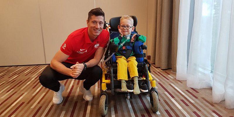 Robert Lewandowski zabrał na boisko niepełnosprawnego Franka