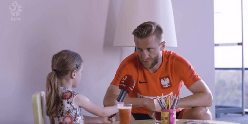 6-letnia Laura zadaje kłopotliwe pytania naszym piłkarzom. Jak wybrnęli?