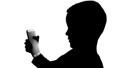dziecko z telefonem